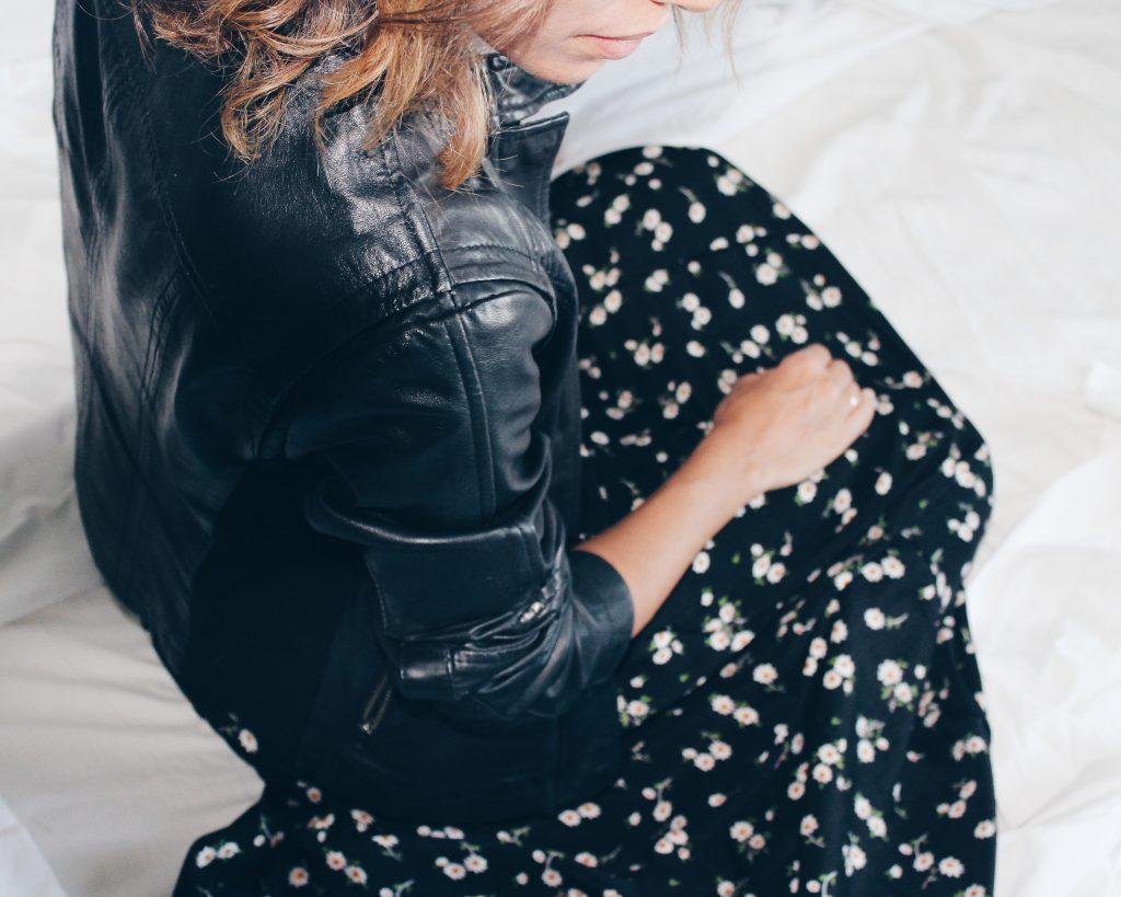 58dce5e94 Come potete vedere è bastata una semplice giacca di pelle per dare nuova  vita ad un vestito estivo. Passiamo ora a qualche consiglio pratico per  creare ...