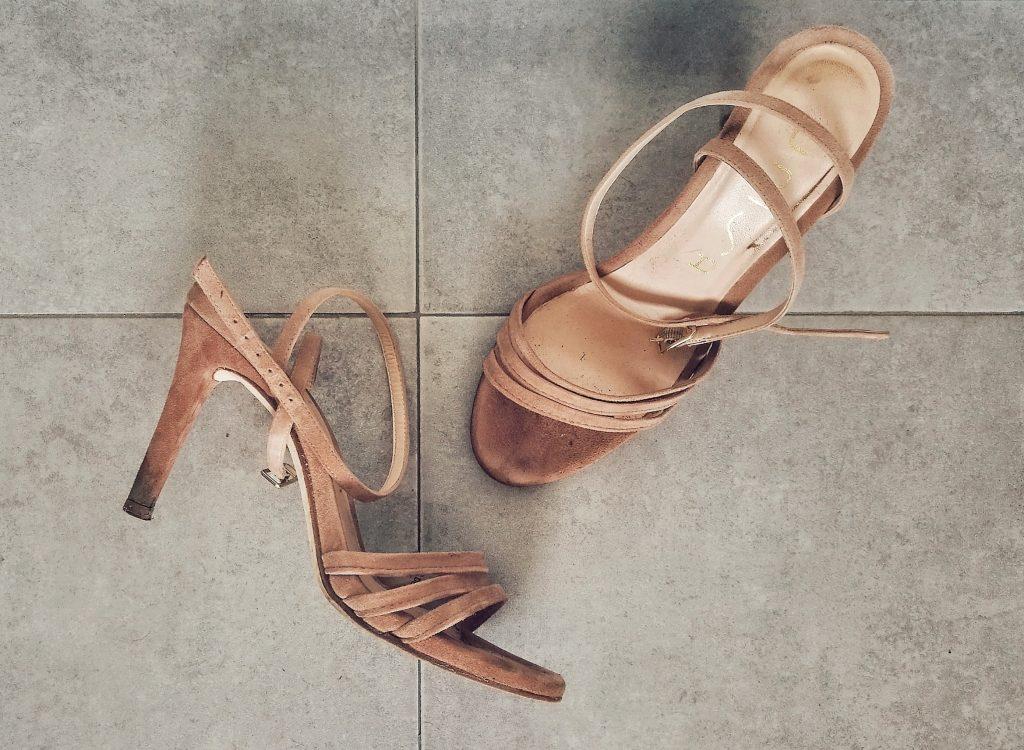 Sandali di camoscio sporchi di fango - Prima